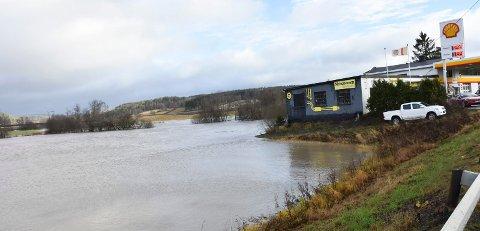 Ny innsjø: Flommen bak Shellstasjonen på Elvestad ser ut som en innsjø. – Dette kan nærme seg grensen for 30-årsflommen, mener nabo Håvard Jensen.
