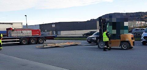 BLE STOPPET: Det var kontroll av tungbil på Notodden tirsdag ettermiddag.