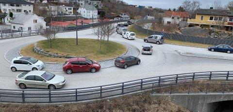 Trafikken står stille etter at Atlanterhavstunnelen ble stengt. Politiet melder at tunnelen vil bli stengt lenge på grunn av ulykken.