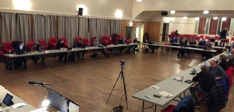 SMITTEVERN-TABBE: Her er hele kommunestyret med 32 deltakere samlet i Meråker. Men smittevernreglene tillot ikke flere enn 10. Nå legger kommunen seg flat.
