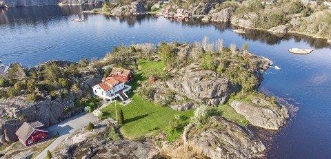 Gjeving: Charlotte Eldjarn og John Erik Borgersen, som kjøpte stedet for 15 millioner i juni, ønsker å rive både bolighuset og låven, og bygge nytt hus lenger inn på tomta. Foto: Camilla Husavik/Invisio
