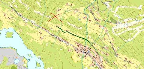 Røyk: Det er i skogsterrenget bak Hjellevegen i Aurdal, at brannmannskapene nå jobber med slukking.