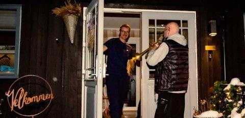 HØYLYTT GAVE: Femtiårsjjubilant Jan-Frode Brenna-Hansen fikk en trompetlåt som gave da han åpnet døra hjemme for besøk. Trompetist Terje Egil Langsrud var engasjert av jubilantens far Alf-Eirik Hansen til å overlevere lydgaven på trappa.