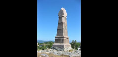 Bauta reist av Bodø landsogn til ære for kong Oscar II, senere påført signaturene Hakon 7 og Olav 5. Alle tre har besøkt Saltstraumen.