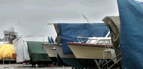Natt til tirsdag ble tre båtmotorer stjålet fra Fjeldberg båthavn. Ytterligere en motor ble stjålet i helgen. Nå advarer politiet.