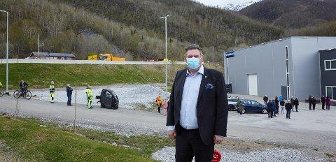 LIKTE DET HAN SÅ: Ordfører Rune Edvardsen er fornøyd etter befaring i Kjøpsvik onsdag. Han roser kjøpsvikingene for hvordan de håndterer situasjonen. Her er han ved Stetindhallen under andre dag med massetesting.