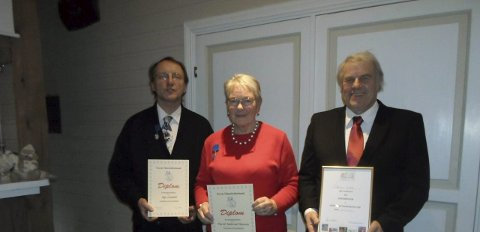 HEDER OG ÆRE: Åge Lindahl, Turid Aalerud Hansen og Steinar Karlsen i Hadeland frimerkeklubb har fått hedersbevisninger.