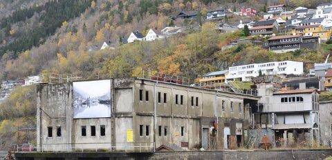 Leilegheiter: Importkaien Odda AS har planar om å bygga 12 leilegheiter i den delen av bygget som ikkje er freda (nærmast elva). Foto: Ernst Olsen