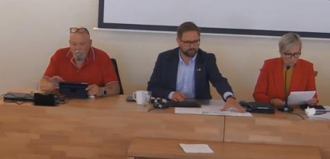 Endelig vedtak: Fra kommunestyrets møte på mandag, hvor Bjørkebadet ble diskutert. Fra venstre: Varaordfører Geir Olsen, ordfører Roger Evjen og rådmann Inger Hegna.