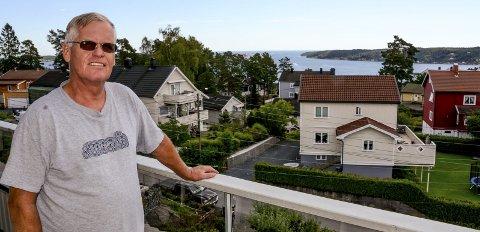 Fra verandaen i barndomshjemmet på Vestheia har Tor Gotun fantastisk utsikt over Kragerøfjorden.