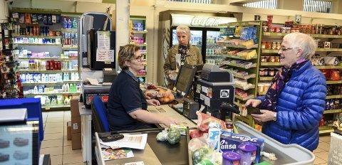 I KASSEN: Butikktilsett Line Gjuvsland ekspederer Ingrid Engelsen (t.h.) og Anne Gunn Aas (bak).