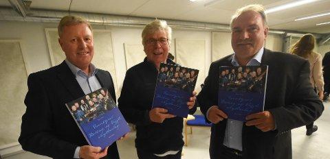 JUBILEUMS BOK: Forfatteren Even Tråen flankert av John Melvin Tveiten (t.v.) og Lars Ole Skogen med boka om skyttersporten i Rollag. FOTO: OLE JOHN  HOSTVEDT