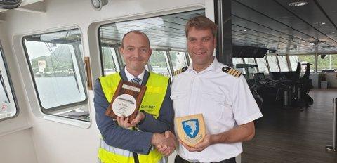 Skipsagent: Dan-Viggo Vårum er skipsagent og var i helga på jobb. I mellomtiden stjal noen skiltene fra hans parkerte private bil. Her fra en plakettseremoni på cruiseskipet Hanseatic Nature tidligere i år.