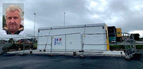 Thron Sperre Olsen (innfelt) i Uno-X må konstatere at den nye vaskehallen på Leknes blir et par uker forsinket.
