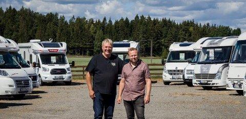 NORUM BOBILGÅRDEN: Eier Thorleif Norum (til venstre) og daglig leder Bjørnar Dyrud Olsen ved én av flere store bobilaktører i Råde.
