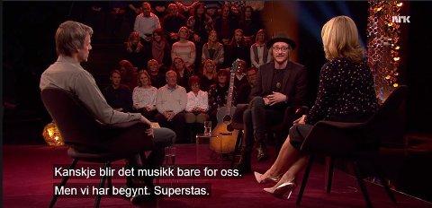 VANT TV-PUBLIKUM: Adam Douglas fortalte om hvordan han kom til Norge, fant kvinnen i sitt liv og vant Stjernekamp. Anna Lindmo og hopptrener Alexander Stöckl lot seg sjarmere sammen med publikum av den ydmyke rockeren fra Harestua.