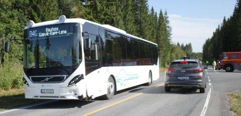 ULYKKE: MC-sjåføren ble kjørt til traumemottaket på Gjøvik sykehus. Han beskrives som hardt skadd, men ved bevissthet. Slik så bussen ut etter kollisjonen.