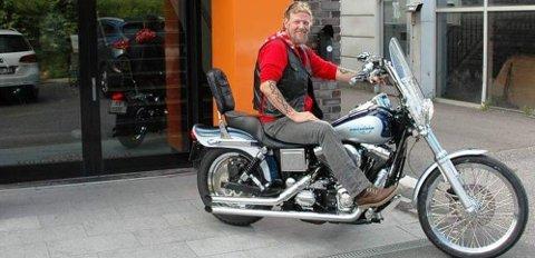 DRØMMEN: Arne-Marc Mauno Hegelstad på sin Harley-Davidson Wide Glide før ulykken. – Så snart jeg er sterk nok og har penger, skal det kjøres igjen, sier han i dag.