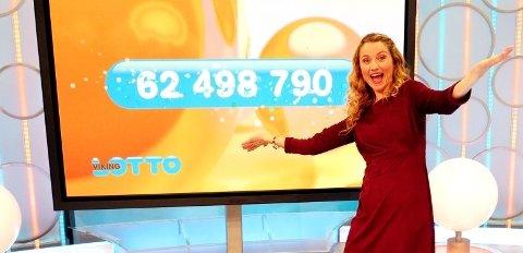 Programleder May Lisbeth Midtgård Myrvang gledet seg over at en norsk spiller vant 62,4 millioner kroner onsdag kveld. Det viste seg å være en heldig kvinne i Vestfold.