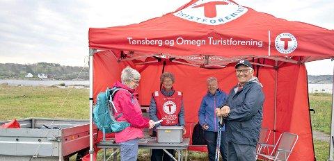 Møtte blide fjes: Wenche Petterson og Anne Britt Akerholt kunne ønske Hans Eckdahl og Lise Eckdahl velkommen til nok en turpasstur.