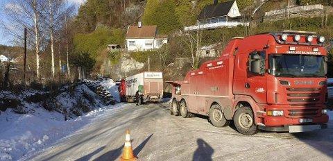SATTE SEG FAST: Vogntog kjørte på GPS og satte seg fast på glatta i Brevik.