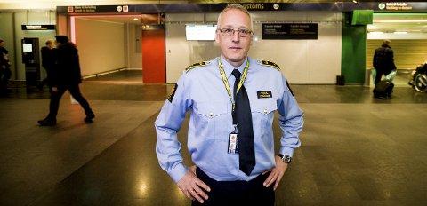 Følger med: Seksjonssjef ved grensekontrollseksjonen på Oslo Lufthavn, Tor Fredriksen, oppfordrer alle som har noe de bør fortolle om å velge rødt. Foto: Tom Gustavsen