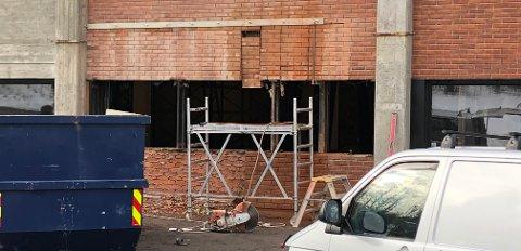 SKADD: Arbeidsulykken skjedde da arbeideren falt ned fra dette stillaset.