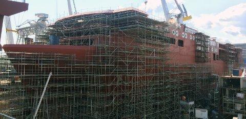 TAUES SNART TIL NORGE: Stålskroget nærmer seg ferdigstillelse i den polske havnebyen Gdynia. Snart fraktes skroget på nye «Color Hybrid» til Norge, hvor skipet skal bygges ferdig.