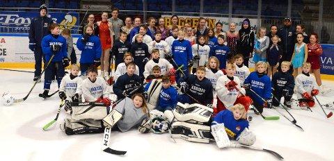 SKØYTEGLEDE: Hockeyspillere oh kunstløpere i skjønn forening i Sparta Amfi.