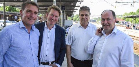 KUTT SKIKKELIG: Kårstein Eidem Løvaas (H), Anders Tyvand (KrF), Kåre Pettersen (V) og Morten Stordalen (Frp) er glade for samarbeidet som har ført til at prisene på månedskort og årskort med tog reduserers med 20 prosent i oktober.