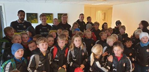FIKK MØTE TIDLIGERE DFI-SPILLER: René Elshaug, Mikkel Aarstrand og Magnus Fagernes tok seg tid til en stund med fotballakademi-troppen til DFI.
