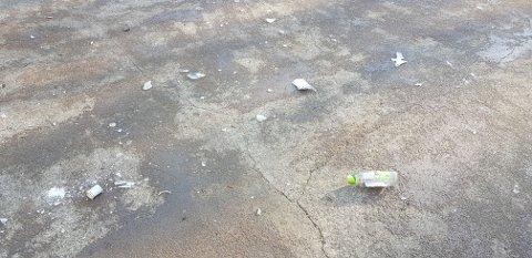 GLASS: Driftsavdelingen i Frogn kommune har i morgentimene måtte rydde opp etter knust glass.