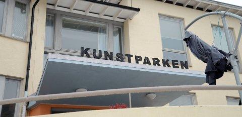 Østre Agder Brannvesen har gitt kommunen  frist  til 15. juni. Innen den dato må kommunen kunne dokumentere at alt er i forskriftsmessig orden. Skjer ikke det, kan Kunstparken nok en gang bli stengt.
