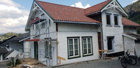 NYTT UTSEENDE: Det har kanskje vært det styggeste huset på Moi, men nå får det et nytt og friskere utseende.
