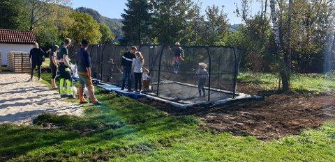 TRE TRAMPOLINER: Veldig mange unger var tilstede ved åpningen av trampolineparken i Hovsherad på lørdag. Tre fine trampeliner har blitt lagt ned på dugnad av bygdefolket i Hovsherad. Foto: Olav Gard Røyland