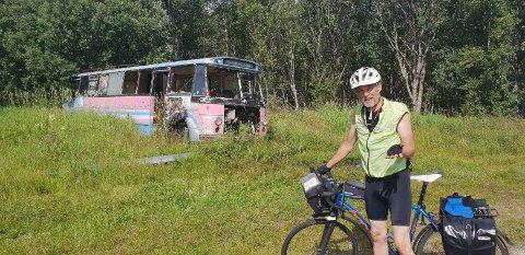 BUSSPARKERING: Ruben Ravnå med bussen Gyland og Feda i bakgrunnen, den ble lakkert i andre farger enn den hadde som rutebuss. Foto: Asbjørn Skåland