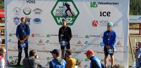 PÅ PALLEN: Tross noen bom klarte Mattias Stakkeland (til høyre) å komme seg på pallen. På 1. plass Vemund Kraft, og 2. plass til Simen Aaberg Skår.