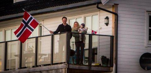 Bokbåten «Epos» får leva vidare. Det feirar folk med kake og flagg. Her er bokbåten på Åsgard. Trond Åsgard. Christine Veland. Odin Åsgard.