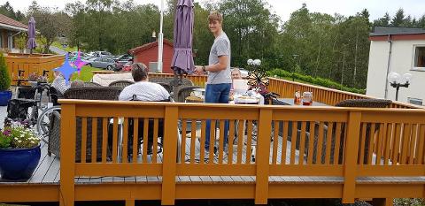 Isak Brekke på jobb på Nordliheimen sjukeheim.
