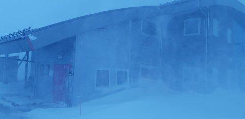 Kraftig vind: Det vil blåse kraftig i store deler av Nordland denne helgen. Det kan gi lignende bilder fra Junkerdal: - Det river godt i veggene på det verste og da er det også nullsikt utendørs, fortalte Einar Bødker for noen uker siden.