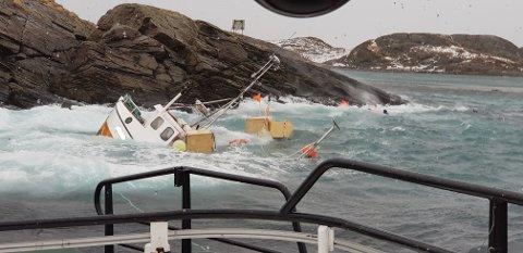 Bildet viser de tre fiskerne før de kom seg opp på holmen, der redningsskøyta fikk tatt de om bord. Foto: Redningsskøyta
