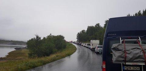 Lang lø på fv.17 etter ulykke på Kalvvågheia.