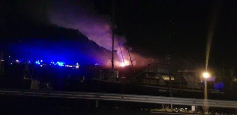 Huset sto i full fyr da brannvesenet kom frem.