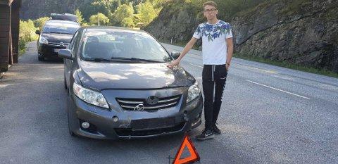 Emil Vatna sin bil ble truffet av en stein ved Evanger mandag ettermiddag.