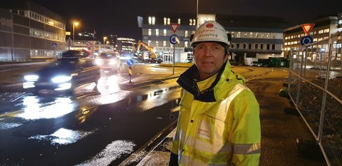 Byggeleder Terje Engevik skal lose bilister og syklister rett vei mandag morgen.