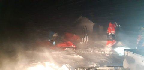 Redningsmannskapene måtte kjempe seg gjennom piskende snø for å nå frem til turistene.