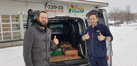 GAVER: Børge Hansen (t.v.) fikk overrakt flere tusen kroner i gaver fra diverse givere. Pengene kunne han bruke til å kjøpe matvarer hos Ken Johnsen Bjørklund på Joker Mørkved.