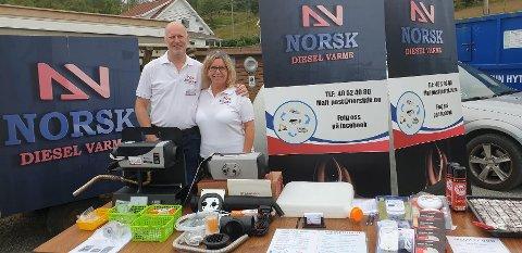 På stand: Trond-Rune Bjørheim og samboeren, som også har  en aksjepost i selskapet, mens de var på stand under Skartveitdagen i sommer.