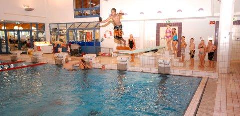 MYE AKTIVITET: Furumo svømmehall har vært populær helt siden åpningen for 25 åpr siden.Arkivfoto