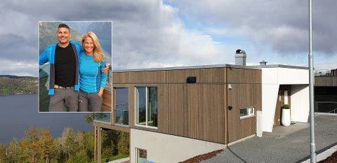 FRA LEILIGHET TIL ENEBOLIG: Bjørnar og Annelie Brunsvik solgte i 2013 eneboligen de bodde i, til fordel for en leilighet i byen. I fjor fant de drømmeboligen på Kniveåsen.